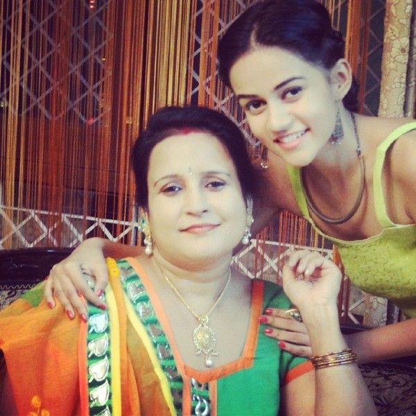 Komal Pandey  mother
