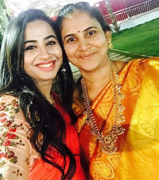 This image has an empty alt attribute; its file name is Swathi-Deekshith-with-her-mother.jpg